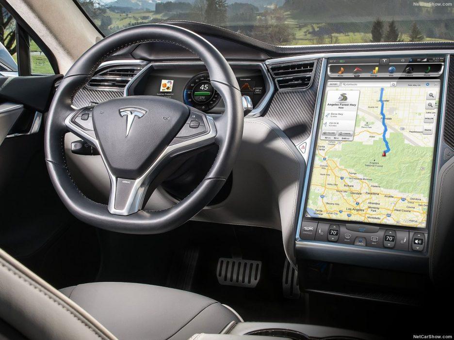 Intérieur de la Tesla Model S, présentant un gigantesque écran tactile central regroupant la totalité des commandes.